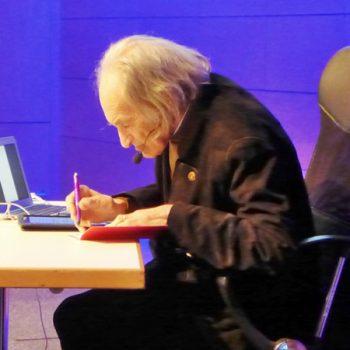 Arno Stern, Paris – Erfinder des Malorts, 2017 in Erfurt mit einem Kugelschreiber der Familien-Bildungsstätte Bayreuth