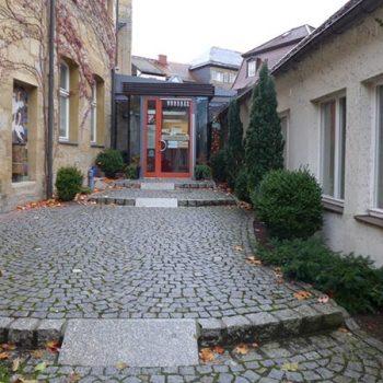 Der Eingangsbereich mit Storchenbrunnen von Anne Krause ( l.i. B.)