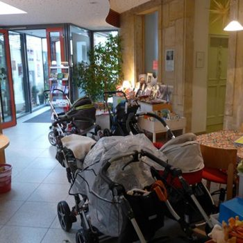Der Kinderwagen-Abstellplatz ist wieder einmal überfüllt!