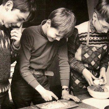Damals hochmodern: Kochkurse für Jungen