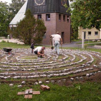 Labyrinth vor der Friedenskirche Bayreuth, geformt mit den Pflastersteinen, die im Innenhof des Storchenhauses verlegt waren