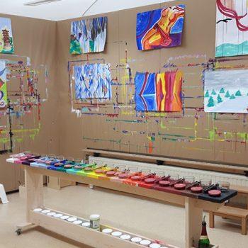 Der neue Malort mit den Malwänden und Originalfarben aus Paris. Ausbau des Malortes mit Farbpallette: Schreinermeister Mathias Schliwa