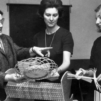 Korbflechtkurse für Mütter unter Leitung von Maria Hollwich (l.i.B.)