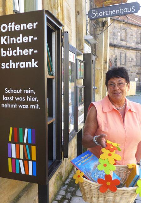 Patin Erna Schmidt vor dem offenen Kinder-Bücher-Schrank am Storchenhaus, Ludwigstr. 29, Bayreuth