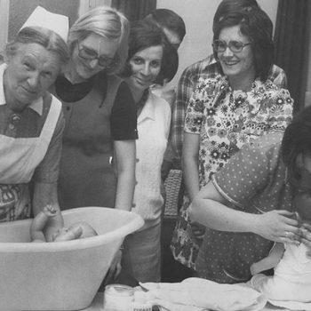 Praktischer Säuglingspflegekurs für Frauen in der Mütterschule mit Schwester Hedwig Fink (l.i.B.)