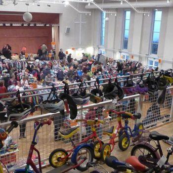 """Zweimal jährlich findet ein großer Flohmarkt """"Rund ums Kind"""" im Evangelischen Gemeindehaus, Richard-Wagner-Str. 24 statt."""