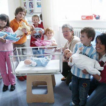 Geschwisterführerschein ein Säuglingspflegekurs für Familien, hier mit Christine Gärtner und Heidrun Benz