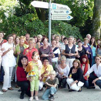 Einweihung eines Wegweisers zur Familien-Bildungsstätte im Hofgarten