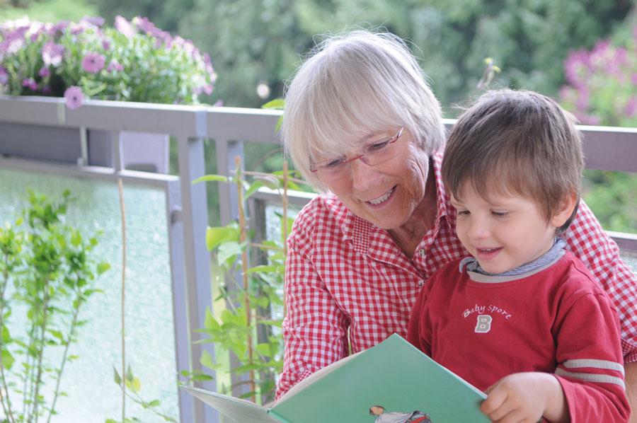 Oma liest dem Enkelkind vor