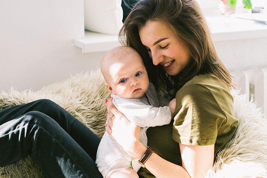 Mutter mit Baby, glücklich