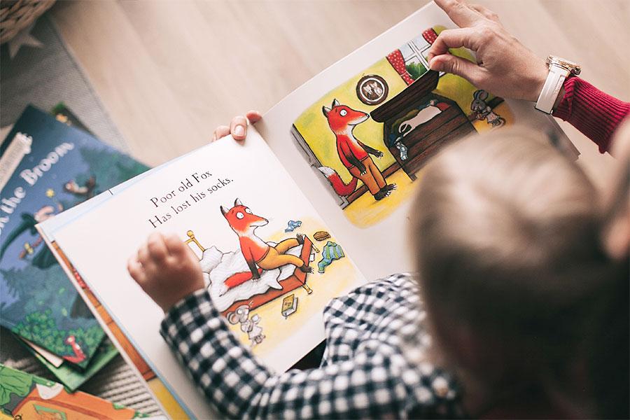 Baby wird Buch vorgelesen