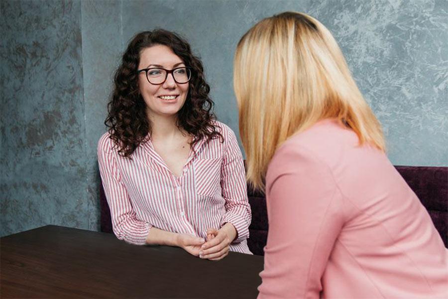 Frauen reden miteinander