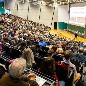 Eckart von Hirschhausen: Mehr Humanität in der Humanmedizin, März 2019 im Audimax der Universität in Zusammenarbeit mit der ESG und der KHG Bayreuth