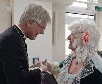 Eröffnung der Landessynode: Markgräfin Wilhelmine ( Ute Domeyer) begrüßt den Landesbischof Heinrich Bedford-Strohm